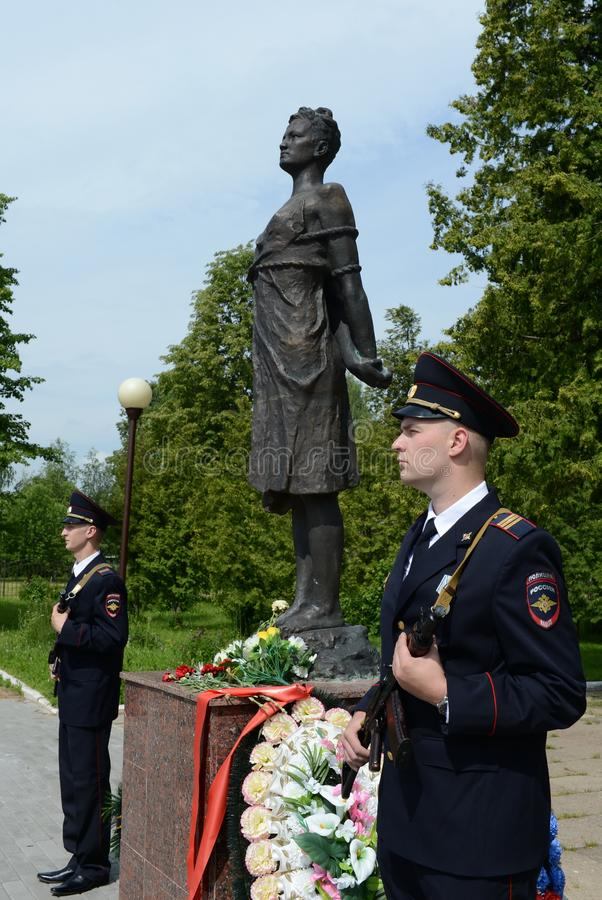 Poliser i hedersvakt på monumentet till Zoya Kosmodemyanskaya arkivfoto