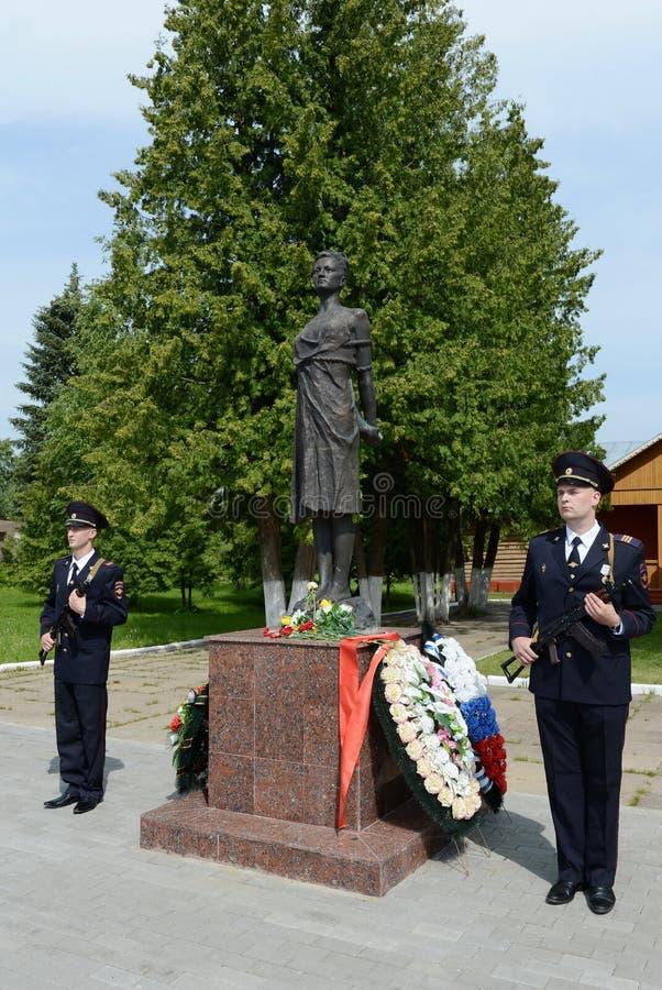 Poliser i hedersvakt på monumentet till Zoya Kosmodemyanskaya fotografering för bildbyråer