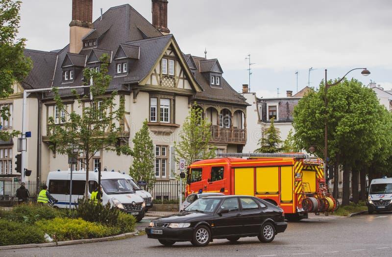 Poliser och brandman som stänger Rue Schweighaeuser royaltyfria foton