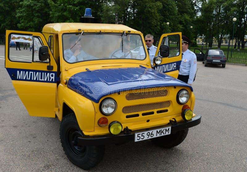 Poliser på den sovjetiska polisbilen UAZ-469 royaltyfri bild