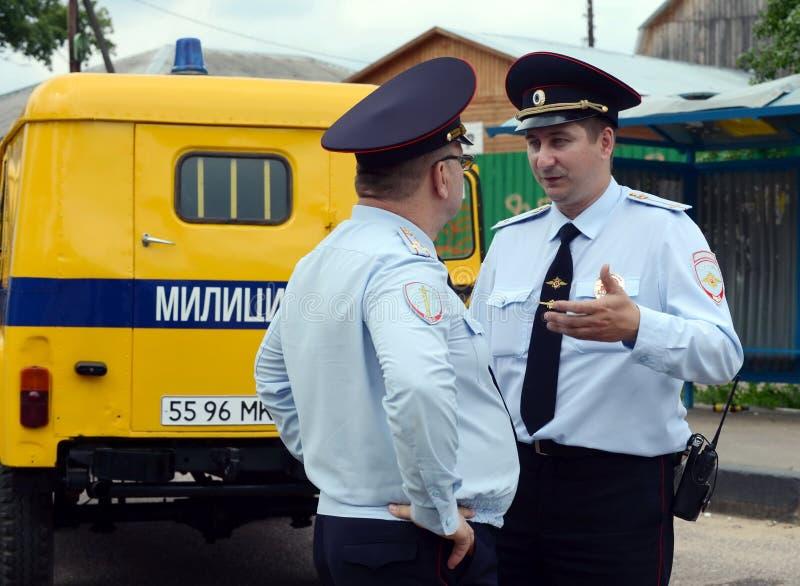 Poliser på den sovjetiska polisbilen UAZ-469 royaltyfria bilder