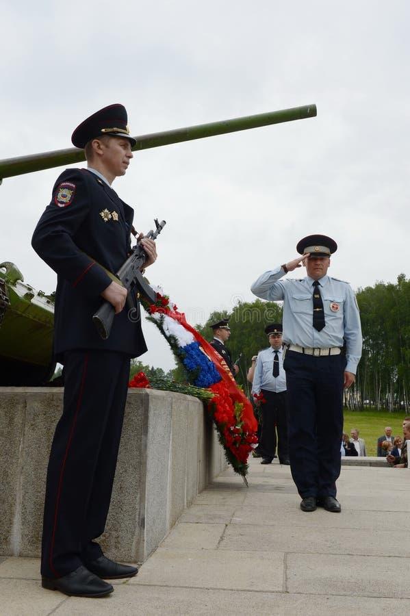 Poliser på monumentet till försvararna av det Borodino fältet i 1941 royaltyfria bilder