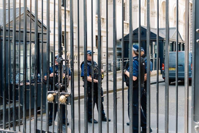 Poliser som bevakar Downing Street i London arkivfoto