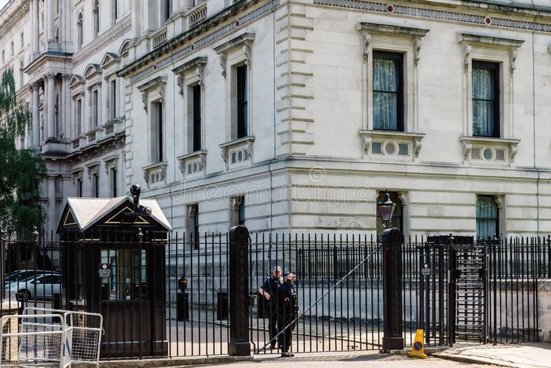 Poliser som bevakar Downing Street i London royaltyfria foton