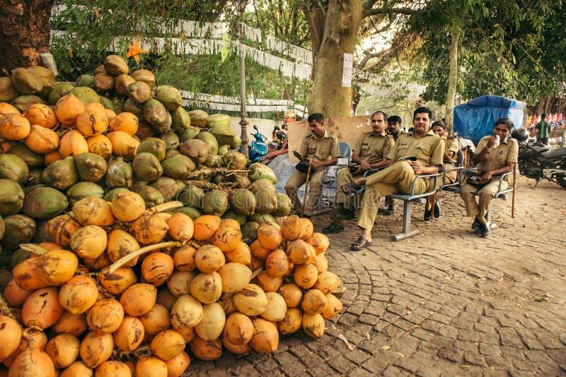 Poliser vilar under en patrull i Indien fotografering för bildbyråer