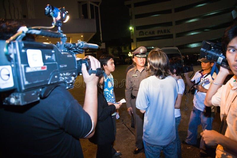 Polisförsök att lugna ner royaltyfria bilder