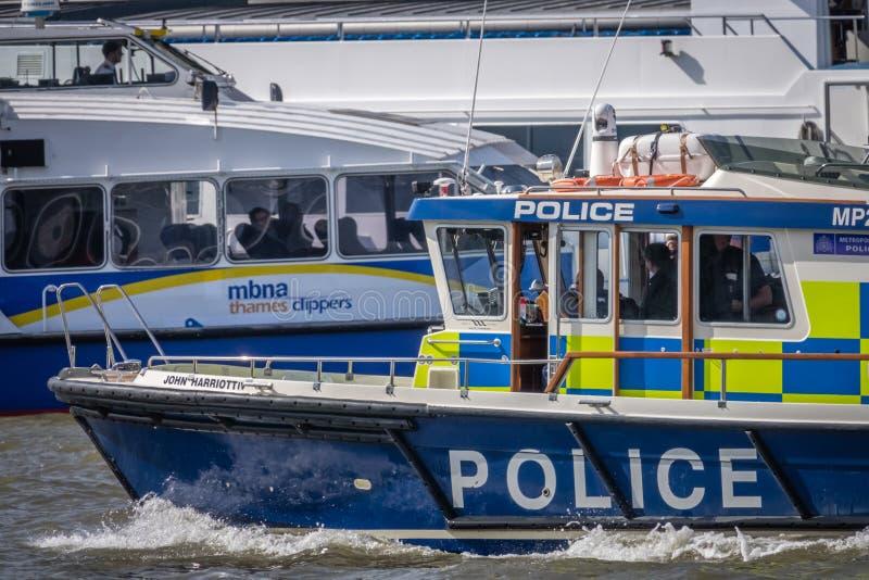 Polisfartyg i London royaltyfri bild
