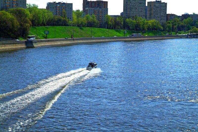 Polisfartyg på floden i vår royaltyfri foto