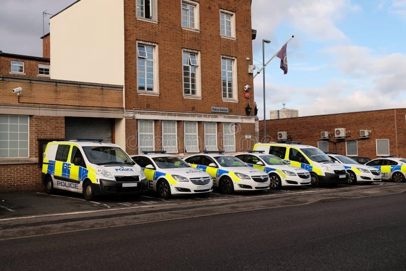 Polisfordon utanför polisstationen, UK arkivbild