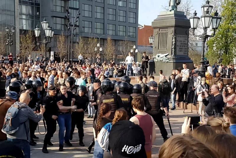 Polisgripandepersoner som protesterar royaltyfri foto