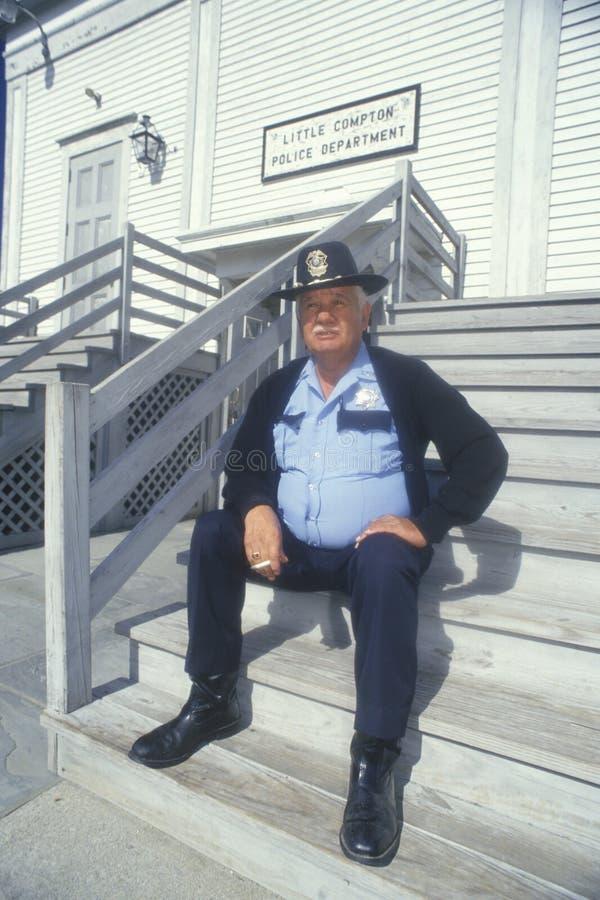 Poliskapten som tar cigarettavbrottet royaltyfri fotografi