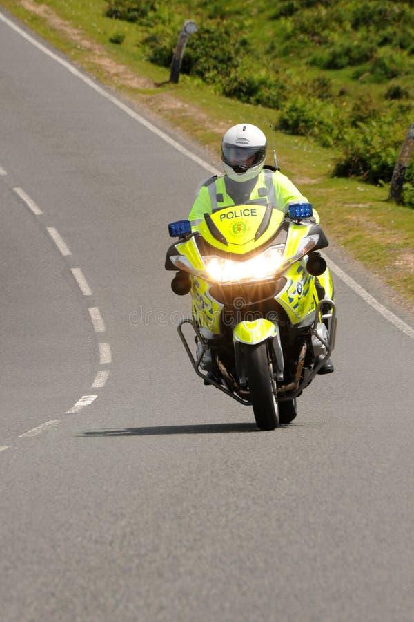 Polismotorcykel på en landsväg arkivfoto