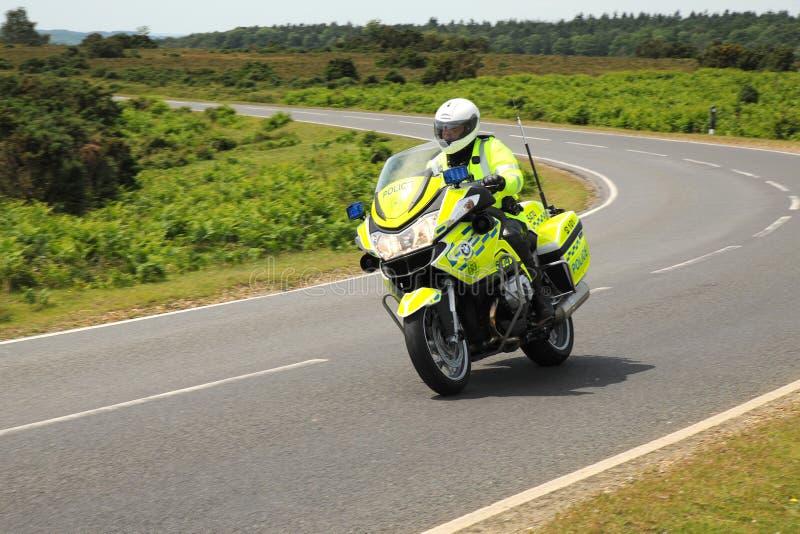 Polismotorcykel på en vridande landsväg fotografering för bildbyråer