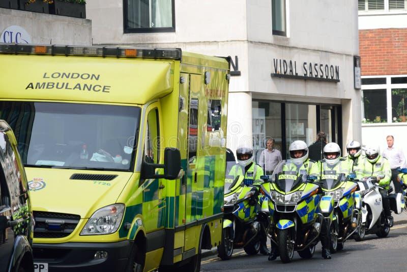 Polismotorcyklister och ambulans royaltyfri fotografi