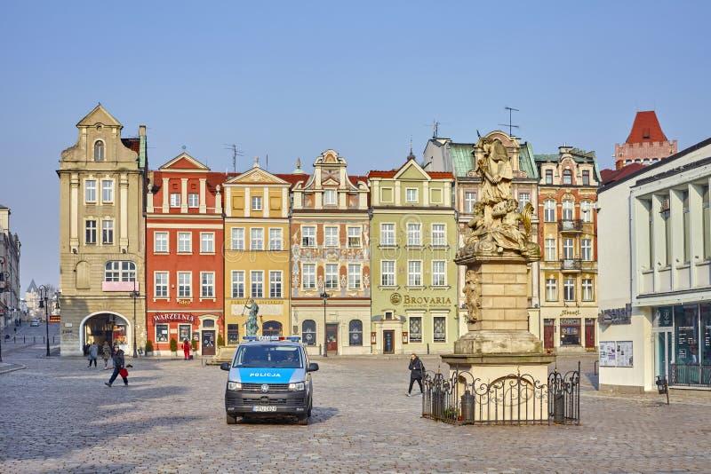 Polispatrullskåpbil på den gamla marknadsfyrkanten för stad i otta royaltyfria bilder
