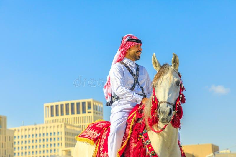 Polisridning i den Doha mitten fotografering för bildbyråer