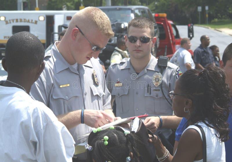 Polissamtal till vittnar till ett brott i grönt bälte, Maryland royaltyfria foton