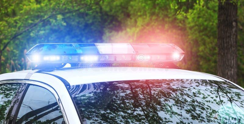 Polissiren i operation Blått och röda pråliga ljus av emergenen royaltyfria foton
