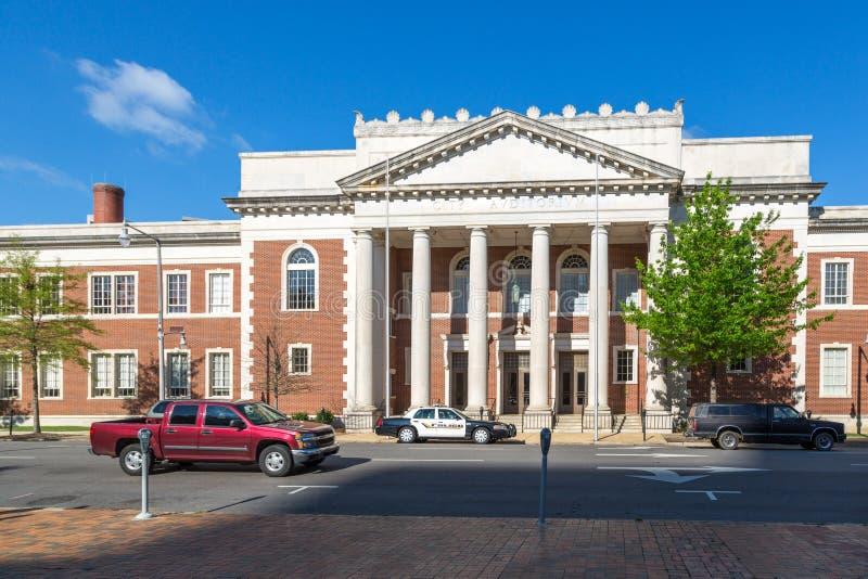 Polisstationbyggnad i Montgomery med några personer som framme går av den i Alabama arkivfoto
