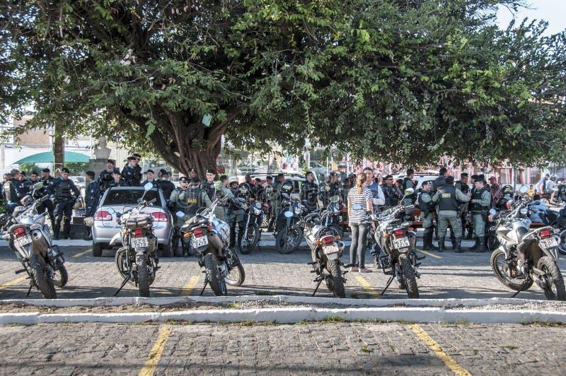 Polistruppen övervakar den populära protesten royaltyfria bilder