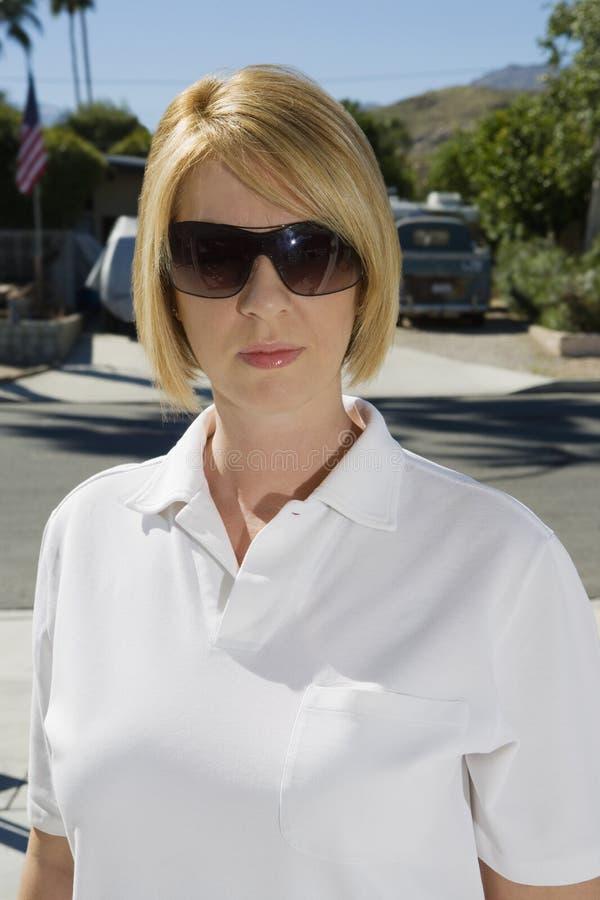 Polisutredare Wearing Sunglasses royaltyfri foto