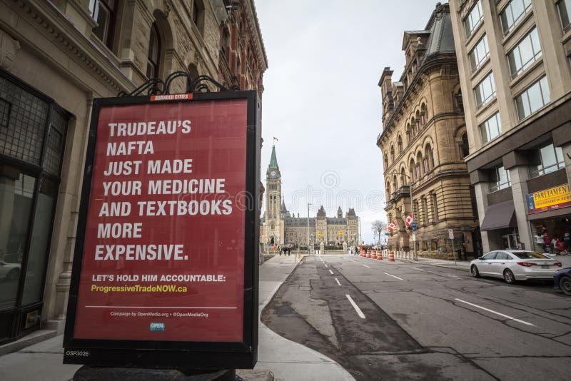 Politica sociale di critica di PM Justin Trudeau dell'anti manifesto di NAFTA davanti al Parlamento canadese, diretto da NGO Open fotografia stock libera da diritti