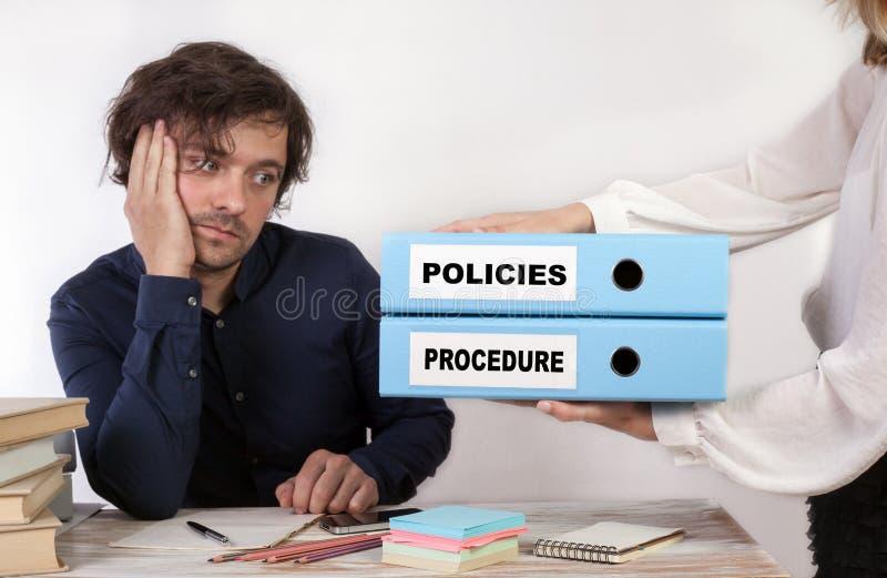 Politiche e procedura - due raccoglitori nelle mani delle donne immagini stock
