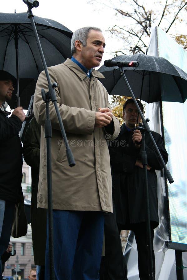 Politicien Garry Kasparov à une mémoire de rassemblement de image stock
