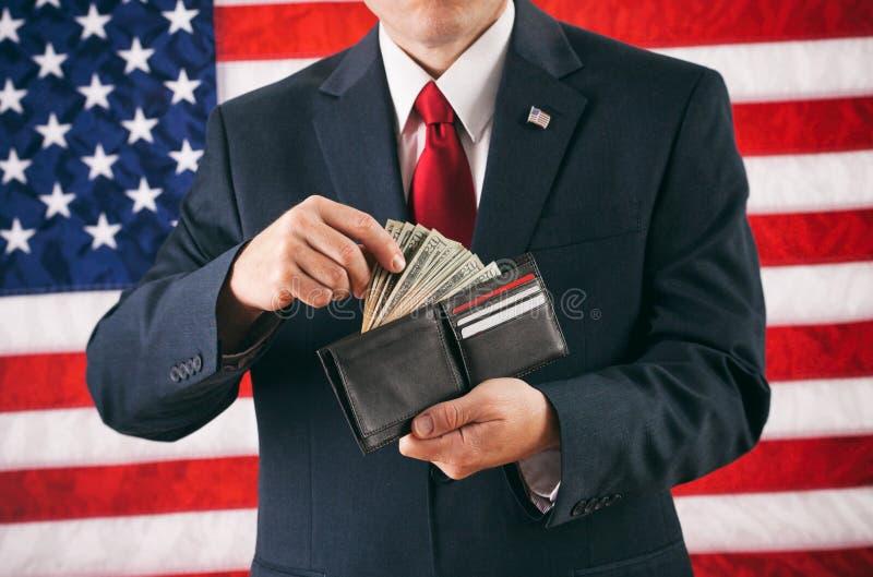 Politicien : Homme faisant un retrait à partir du plein portefeuille d'argent liquide photo libre de droits