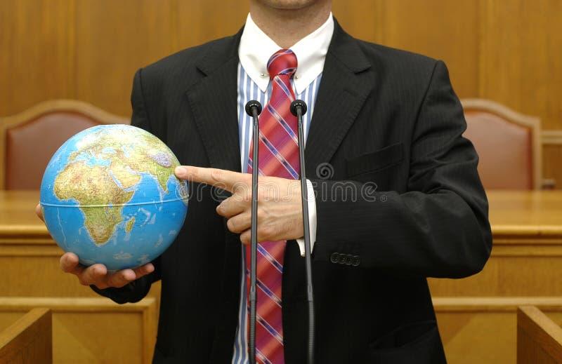 Politicien retenant la terre de planète images stock