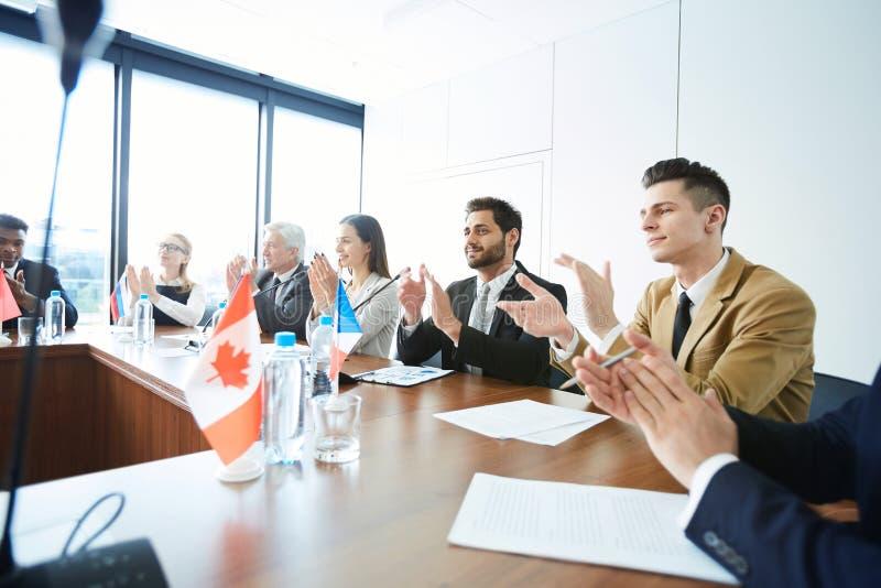 Politiciens applaudissant lors de la réunion images libres de droits