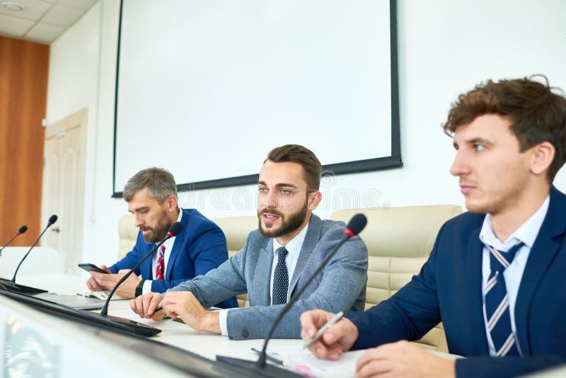 Politico barbuto Speaking nella conferenza stampa fotografia stock