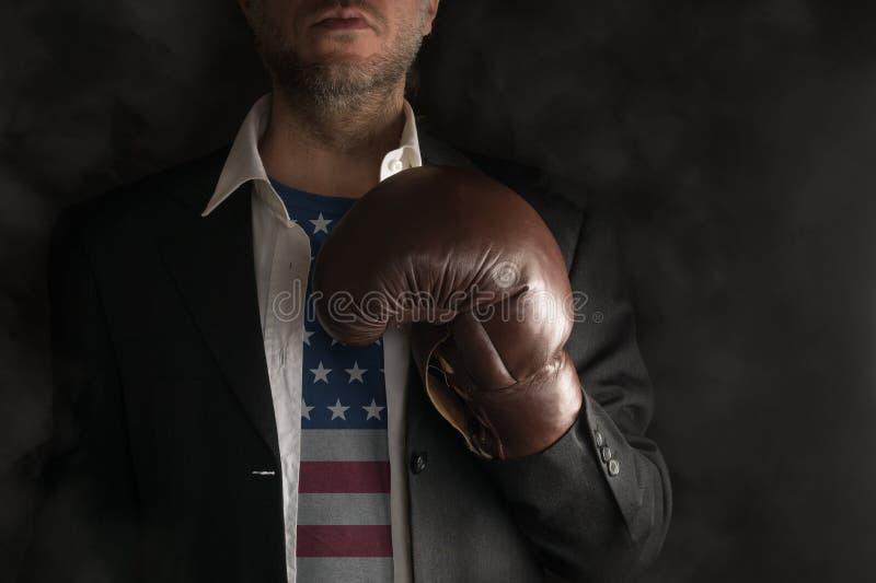 Politico con la camicia degli Stati Uniti è pronto a combattere fotografia stock libera da diritti