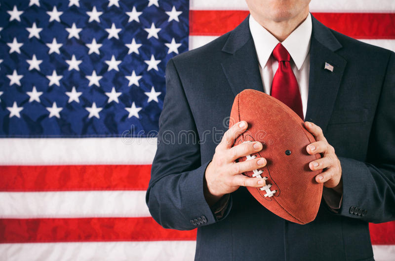 Politicus: De Amerikaanse Voetbal van de mensenholding stock afbeeldingen