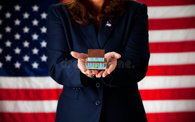Politicus: Het houden van een Uiterst klein Huis royalty-vrije stock afbeeldingen