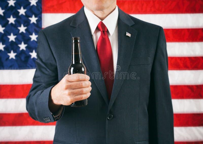 Politicus: Mens die een Fles Bier houden stock foto's
