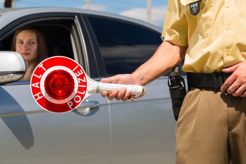 Politie - de politieagent of cop houdt auto tegen stock foto
