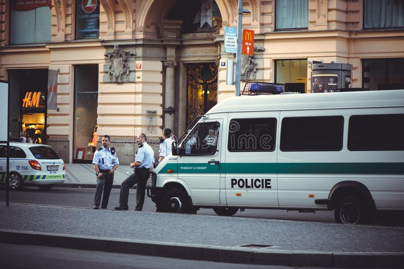 Politie in de straat Praag stock afbeelding