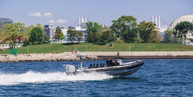 Politie die en bij hoge snelheid op motorboot patrouilleren gaan in het meer Ontario royalty-vrije stock foto's