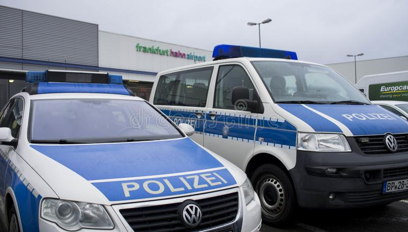 Politie in Internationale luchthaven in Frankfurt Hahn, Duitsland stock fotografie