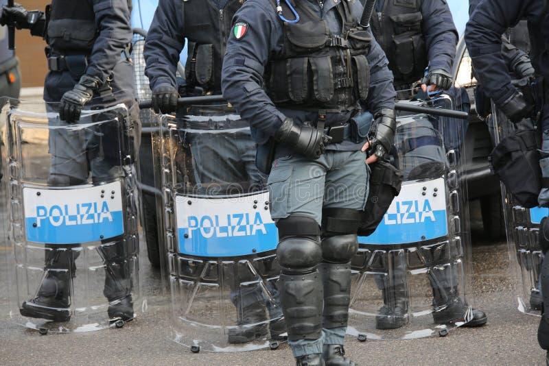 Politie met schilden en reltoestel tijdens de gebeurtenis in de stad royalty-vrije stock foto's