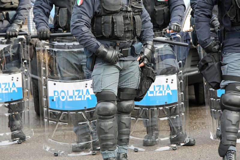 Politie met schilden en reltoestel tijdens de gebeurtenis in de stad stock afbeelding