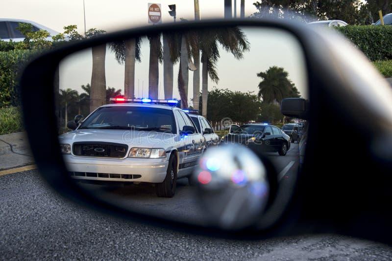 Politie op achteruitkijkspiegel royalty-vrije stock foto