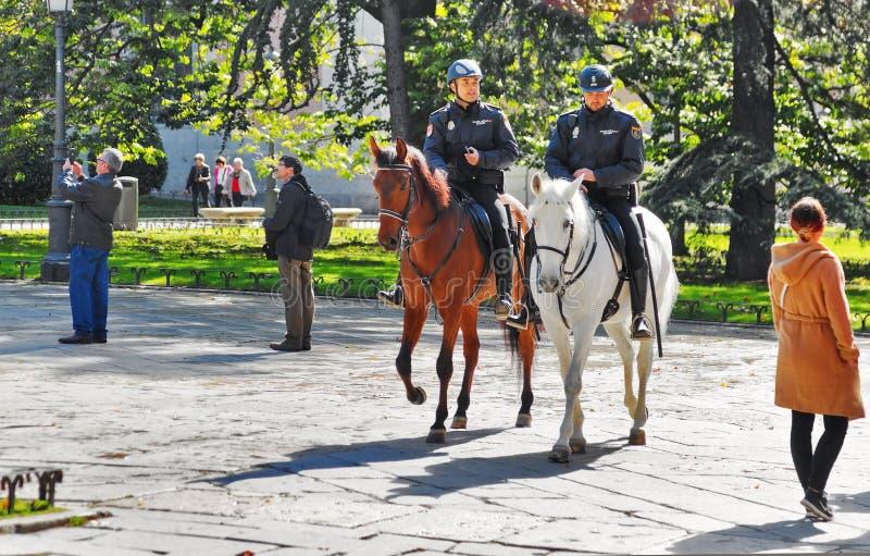 Politie op paard dichtbij het Nationale Museum van Prado stock afbeeldingen