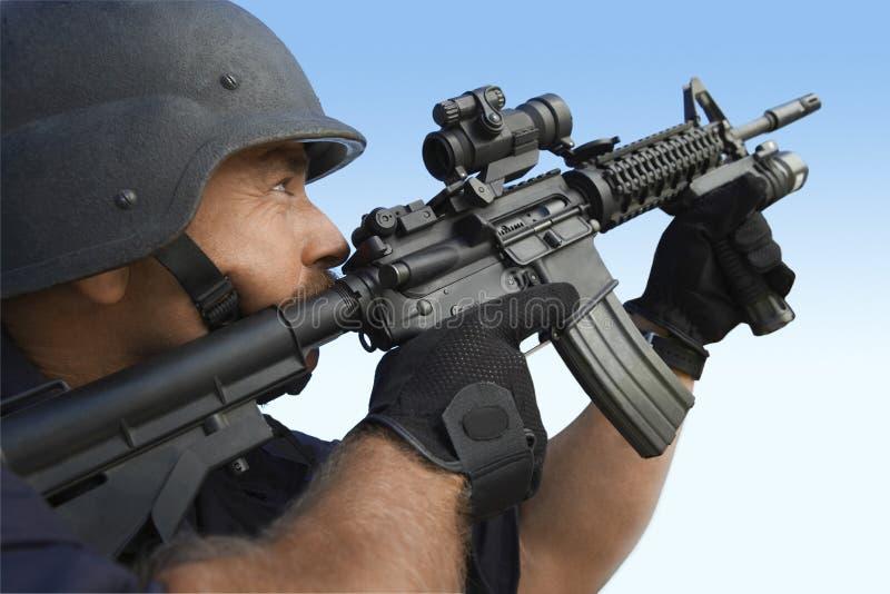 Politieagent die Kanon op Hemel streven royalty-vrije stock afbeelding