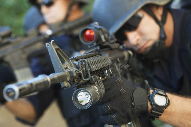 Politieagent die Kanonnen streven royalty-vrije stock fotografie