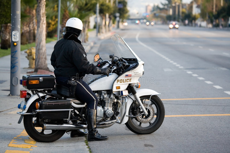 Politieagent op een politiemotor stock afbeeldingen