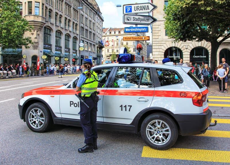Politieagente die op de Zwitserse Nationale Dagparade in Zürich letten stock foto