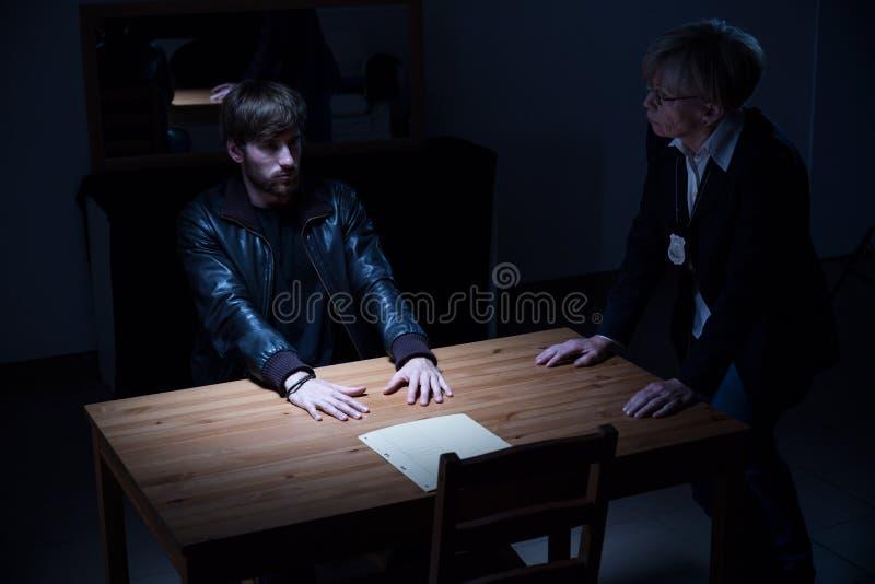 Politieagente die vragen stellen stock afbeeldingen