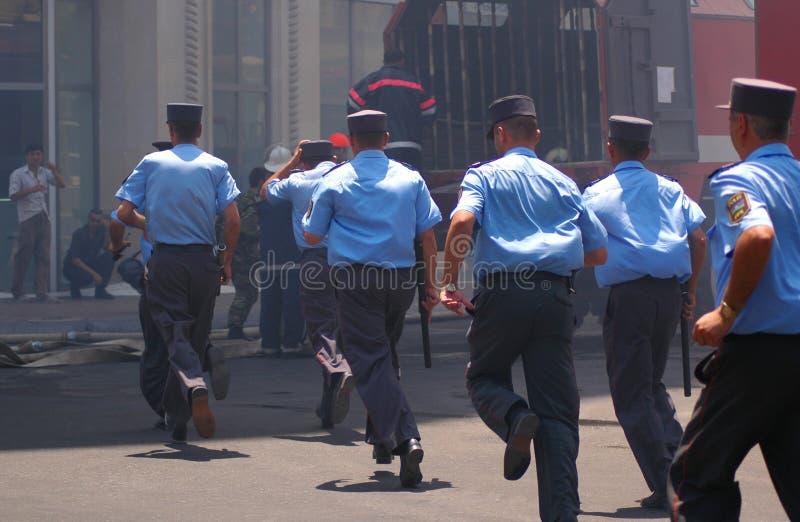 Politieagenten met knuppels stock afbeeldingen